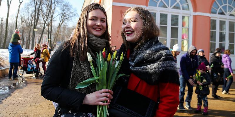 Россиянам напомнили о длинных выходных на 8 марта, сколько отдыхаем, как отметить