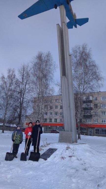 Шумерлинские волонтеры вышли на очистку памятных мест от снега