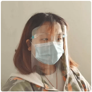 Пример использования защитного экрана для лица, вместе с медицинской маской.