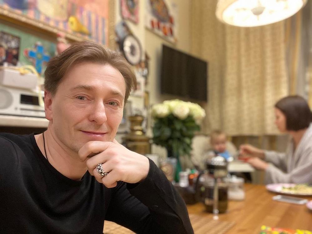 Сергей Безруков на карантине начал разводить кур